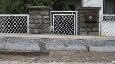 Wybudowano nowy chodnik tak, że mieszkańcy nie mogą wejść do domu