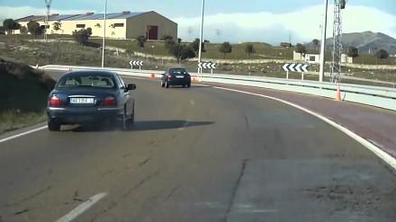 Dlatego przed ostrymi zakrętami stawia się ograniczenia prędkości!