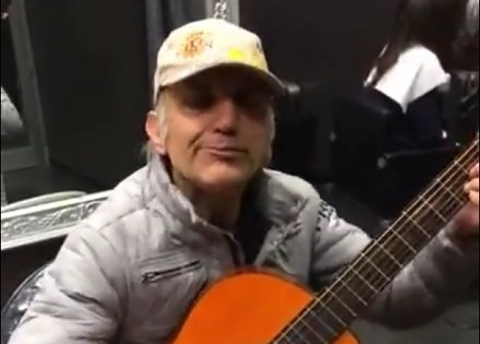 """Melodia z """"Dobry, zły i brzydki"""" mistrzowsko wykonana przez starszego mężczyznę"""