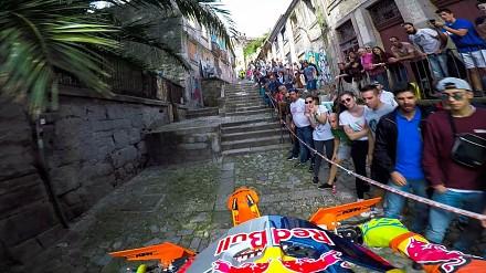 Przejazd motocyklem przez super ciasny, miejski tor przeszkód w Portugalii