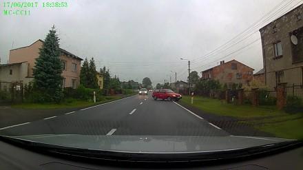 Kierowca czerwonego samochodu na podwójnym gazie