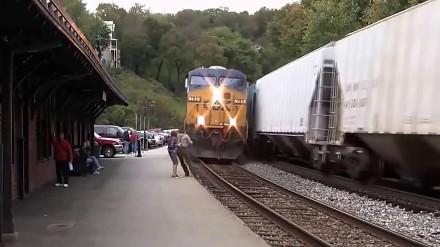Potęga pociągu w spotkaniu z ludzką głupotą