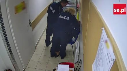 Policjanci pobili babcię w markecie