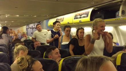 """Ryanair wyrzuca z pokładu samolotu uciążliwe """"laski"""""""