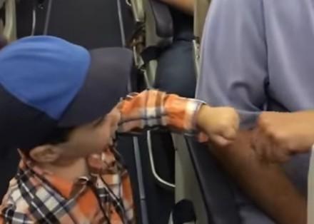 Dwulatek przybija żółwika wszystkim w samolocie