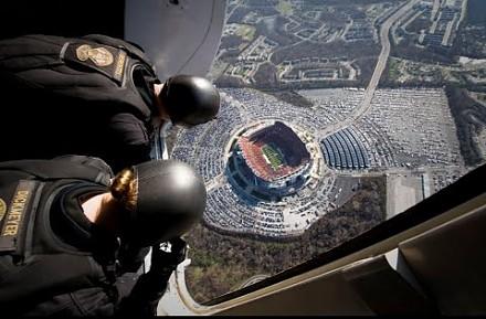Komando Foki skacze z samolotu prosto na stadion