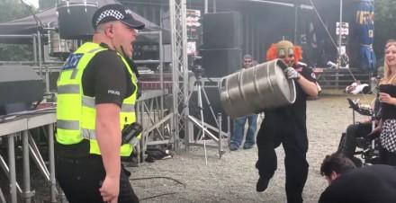 Policjant świetnie bawi się na koncercie