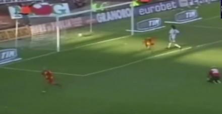 Piłkarka ściąga koszulkę po strzelonym golu