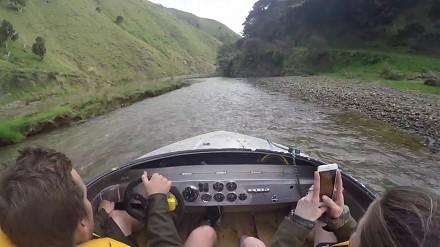 Ekstremalny przejazd motorówką po płytkiej i wąskiej rzece