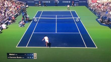 Komentator opowiada żart w czasie spotkania tenisowego