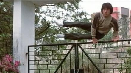 Jak Jackie Chan przeskakuje przez płoty, bramy i barierki?