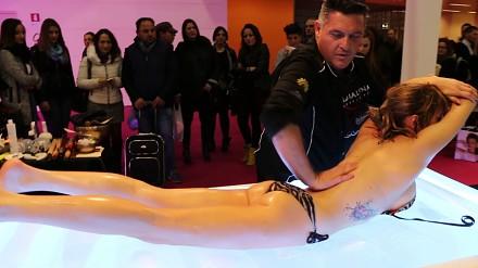 Antonio Cerrone na targach w Rzymie pokazuje, jak się powinno wykonywać masaż