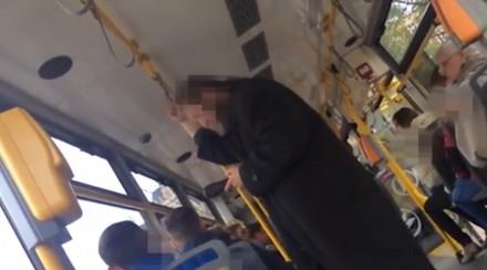 Agresywny pasażer kłóci się z kanarami