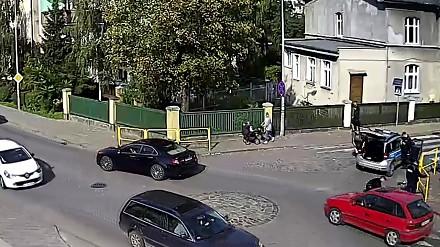 Malbork: Pies wpadł pod radiowóz. Zobacz reakcje policjantów