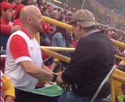 Pokazuje swojemu niewidomemu przyjacielowi, co dzieje się na boisku