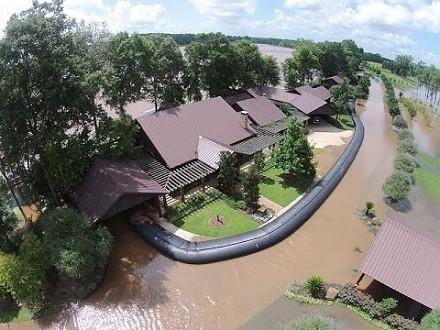 Znajomi się z niego śmiali, ale on w prosty sposób ochronił się przed powodzią