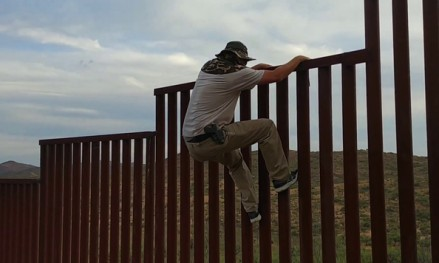Facet pokazuje łatwy sposób przekroczenia granicy Meksyku z USA