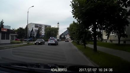 Co robi kierowca passata, kiedy jedzie za nim radiowóz na sygnale?