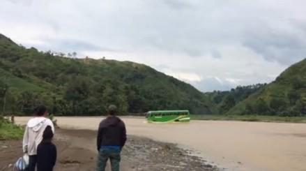 Kierowca autobusu wybiera skrót przez rzekę