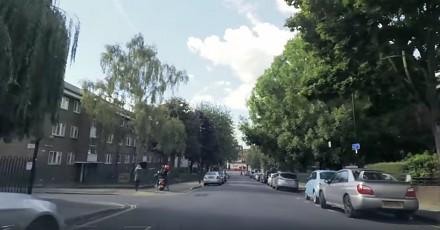 Bohater rzuca się na złodziei na skuterze w Londynie