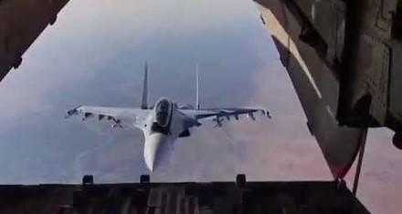 Rosyjski pilot popisuje się podczas zrzutu ładunku