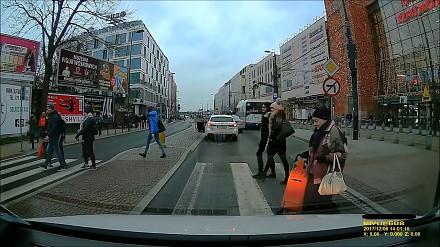 Kopnąć cię synek?! - starcie pieszego z kierowcą w Krakowie
