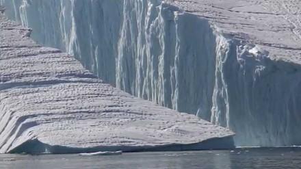 Imponujący widok - góra lodowa oddzielająca się od lodowca