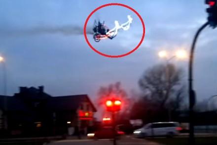 Święty Mikołaj latał nad miastem. Teraz jest poszukiwany przez policję...