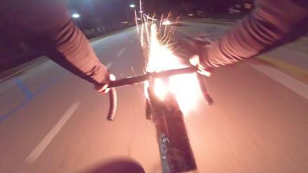 Rowerzysta znalazł sposób na natrętnych skuterzystów
