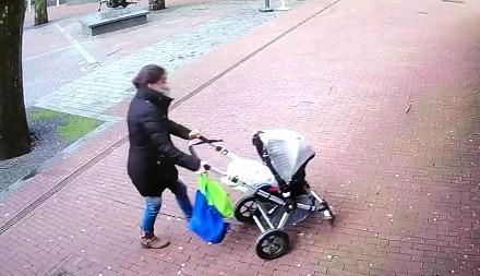 Matka z dzieckiem w wózku w starciu z orkanem