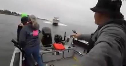 Wędkarze wyskakują z łódki chwilę przed zderzeniem