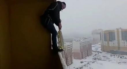 Skok ze spadochronem z balkonu
