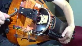 Pięknie brzmiący, wywodzący się ze średniowiecza instrument - lira korbowa