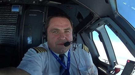 Pan Kapitan Dariusz pokazuje swoje miejsce pracy, czyli kokpit A320