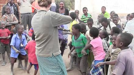 Dzieci w Afryce po raz pierwszy słyszą muzykę skrzypcową