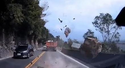 Masywny głaz spada tuż przed jadące samochody