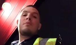 Gość zakrada się do grzesznego miejsca i trolluje babeczki z erotycznych kamerek