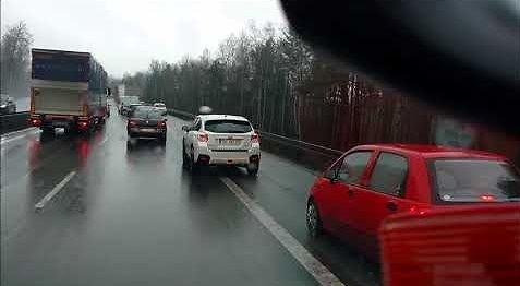 Pośpiech na śniegu zakończony poza drogą, czyli tak jeżdżą polscy kierowcy