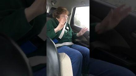 Babcia pokazuje jak się bawiła 16 lat temu