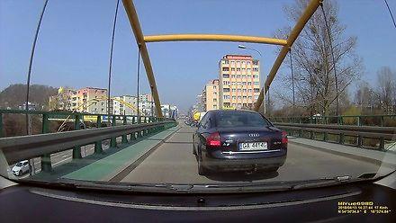Taksówkarz bawi się w szeryfa na moście w Gdyni