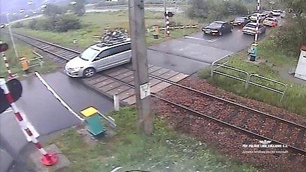 Niebezpieczne zachowania kierowców na przejeździe w Małopolsce