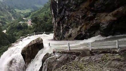 Droga zamieniła się w wodospad w Nepalu
