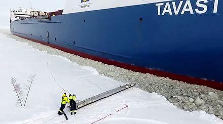 Pilot wchodzi na pokład przepływającego statku