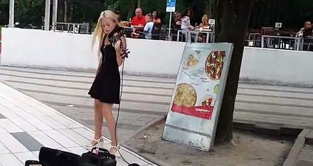 Dziewczyna gra na skrzypcach w Kołobrzegu
