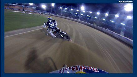 Wyścig żużlowy uchwycony kamerą GoPro na kasku zawodnika