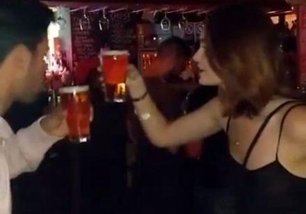 Z tą dziewczyną nie warto pić piwa