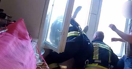 Łotewscy strażacy łapią w locie skoczka samobójcę