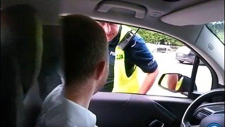Policja zatrzymała go za jazdę samochodem elektrycznym po buspasie
