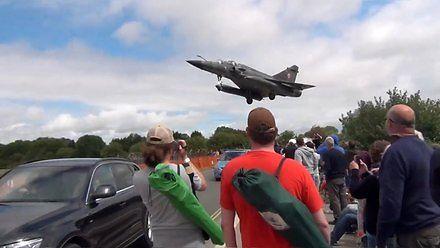 Niskie przeloty myśliwców i zszokowani widzowie