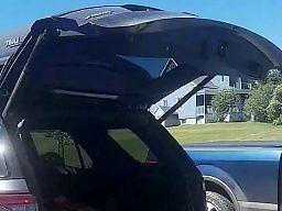 Otwieranie bagażnika samochodu nogą? Nie tak to sobie wyobrażałem